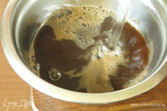 Готовим раствор в теплой воде: растворяем соль, шепотку сахара и солод ржаной.