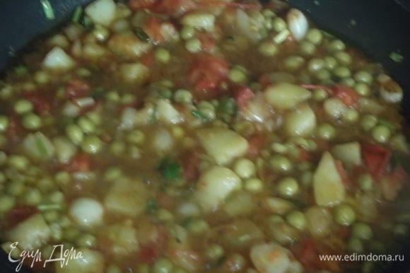 Отварную картошку, помидор и зеленый лук нарезать. В сковороде разогреть масло. Выложить нарезанные овощи. На сильном огне обжаривать в течение минуты, помешивая. Влить соевый соус, добавить зеленый горошек. Тушить 1 минуту.