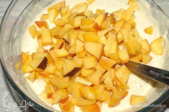 Персики хорошо промыть. Нарезать небольшими кусочками. Добавить в тесто. Хорошо перемешать.