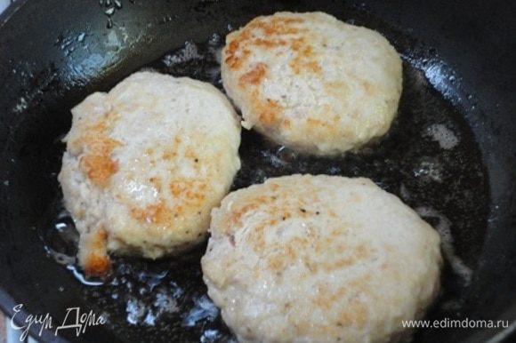 В сковороде разогреть столовую ложку растительного масла и обжарить котлеты до легкой корочки.