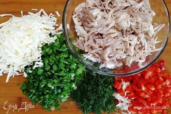 Для начинки возьмем отваренную со специями курицу (у меня грудка и бедро). Нарежем помидор, зелень. Сыр (можете взять любой) натрем на терке.