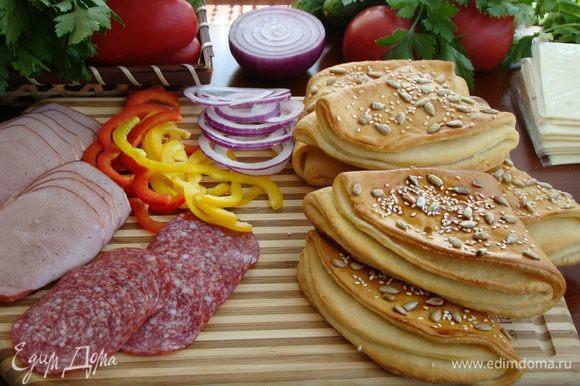 Пока остывают «кармашки», подготовить любимую начинку — колбаску, помидоры, огурчики, болгарский перчик, ломтики сыра, лучок и соусы.