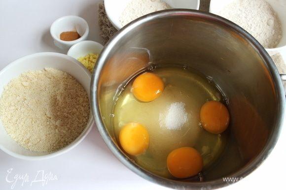 Миндаль (очищенный) измельчить с помощью блендера. Духовку разогреть до 190°C. К яйцам добавить мелкий сахарный песок.