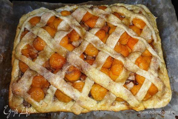Поставить пирог в духовку, разогретую до 200°C, и выпекать 20 мин. Так выглядит готовый пирог. Остудить его на противне, предварительно проведя ножом между бумагой и пирогом.