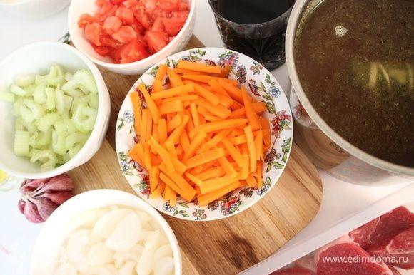Почистить морковь, нарезать небольшими брусочками, лук полукольцами, стебель сельдерея пластинами. Помидор порезать небольшими кусочками. Чистить помидор от шкурки не обязательно, т.к. в дальнейшем соус с ним протирается сквозь сито.