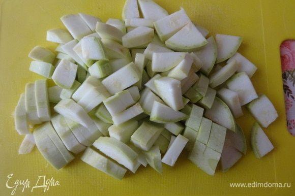 Кабачок вымыть, обсушить, нарезать такими же кусочками, как и баклажаны.