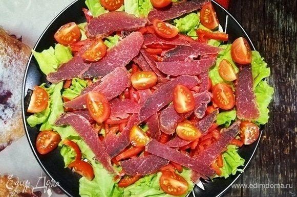 Далее помидоры черри, нарезанные четвертинками.
