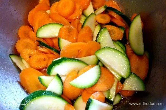 Соединить в сотейнике все ингредиенты для заправки и довести до кипения. Тут же снять с огня и залить маринадом овощи. Дать остыть и настояться около часа.
