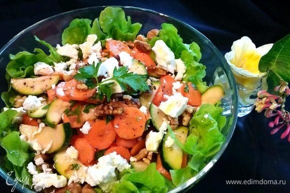 Дополнить салат грецкими орехами и фетой. Сбрызнуть хорошим оливковым маслом. Приятного!