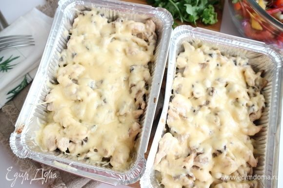 Поместить в предварительно разогретую до 200°C духовку на 10–15 минут, пока сыр не расплавится. Вынуть из духовки.