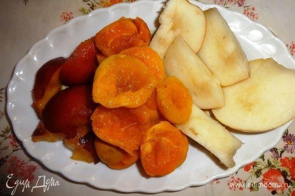 Фрукты вымыть, обсушить. Из абрикосов и нектарина удалить косточки. Из груши вырезать сердцевину с семенами. Нектарин и грушу нарезать кусочками.