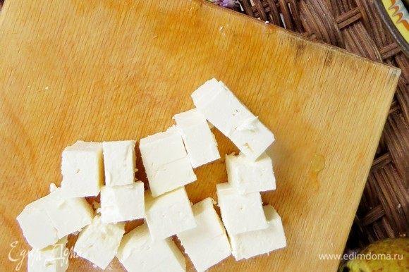 Брынзу (можно заменить сыром фета) нарезать кубиками и также равномерно выложить на блюдо.