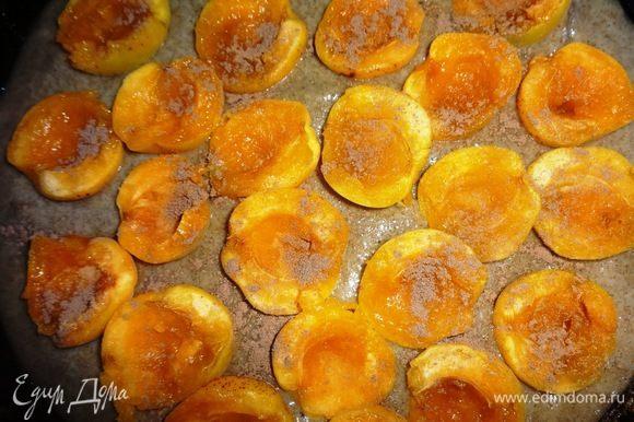 Форму смазать растительным маслом. Выложить в форму 2/3 теста. На тесто выложить половинки абрикосов срезами вверх, не доходя небольшое расстояние до краев формы. Посыпать абрикосы молотой корицей.
