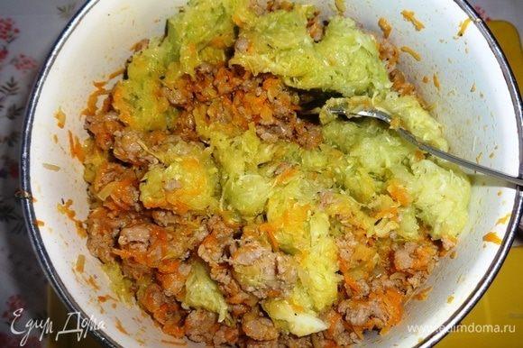 Кабачки отжать от выделившегося сока. Добавить кабачки к мясо-овощной массе, также перемешать.