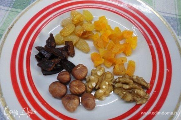 Этого количества сухофруктов и орехов достаточно для двух порций. Сухофрукты нарезаем, а орехи измельчаем ножом.