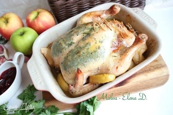 Поставить курицу в духовку примерно на 1 час 25 минут, пока курица не зарумянится. Во время запекания периодически поливать курицу выделяющимся соком. Через 25–30 минут после начала выпечки добавить в форму с курицей яблоко, у которого удалена семенная часть, порезанное на дольки.