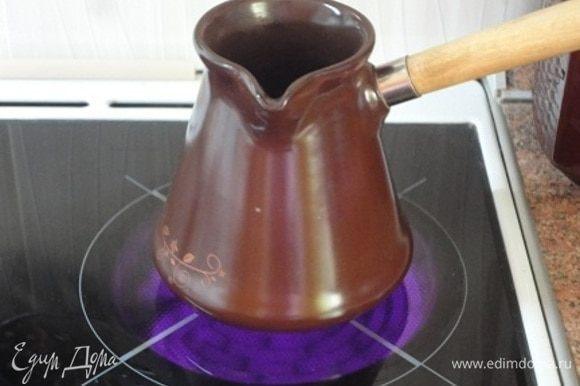 Варим кофе удобным для вас способом из указанного количества молотого кофе и воды. Можно использовать и растворимый кофе. Разведите 1 ч. л. кофе 30 мл горячей воды. Добавьте кофе и дайте напитку немного остыть.