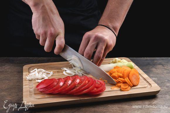 Нарежьте все овощи.