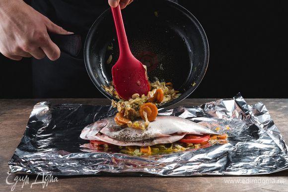 Далее выкладываем рыбу и сверху поливаем оставшимся овощным соусом.