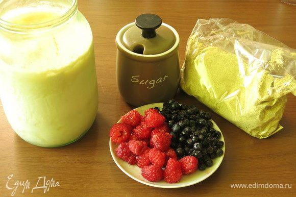 Подготовим кислое молоко, ягоды, сахар и шрот.