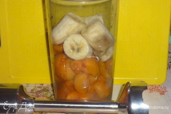 Загрузить абрикосы и банан в чашу блендера и пюрировать. Затем добавить мацони и еще раз пробить блендером.