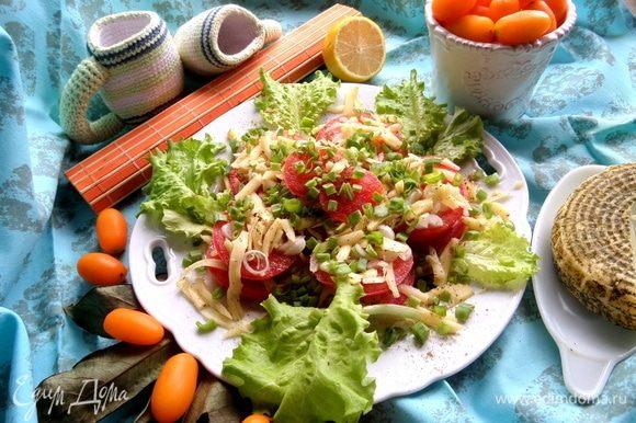Салатные листья можно положить на дно тарелки, но я забыла и пристроила рядом.
