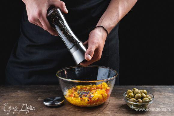 Для насыщенного вкуса и аромата приготовьте свежую смесь специй. С этой задачей прекрасно справится механическая мельница для специй Faberlic. Она измельчает сушеные травы и специи, такие как майоран, орегано, тимьян, розмарин, целый и толченый тмин, анис, душистый перец и другие. Керамический механизм мельницы обеспечивает идеальное перетирание соли и специй. Измельчите перец горошком и морскую соль. Добавьте к смеси вместе с оливками.