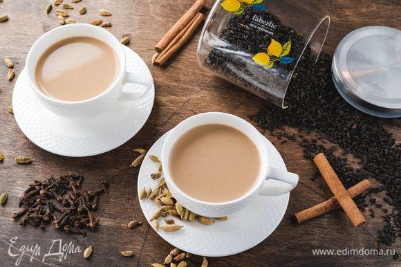 Убавьте огонь до минимального и варите чай 3–5 минут. Как только молоко приобретет кремовый оттенок, снимите кастрюлю с огня, накройте плотно крышкой и настаивайте 5 минут. Процедите напиток и разлейте по чашкам.
