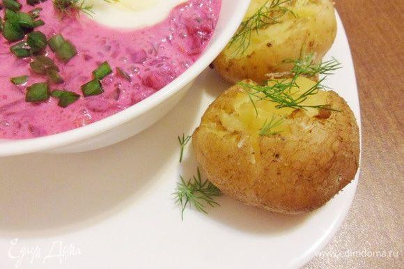 Яйца отварить, очистить от скорлупы. Нарезать на половинки (четвертинки). Картофель присыпать укропом перед подачей.