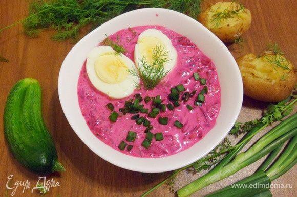 Шалтибарщай (холодный литовский борщ) подается охлажденным с яйцами и обжигающе горячим картофелем.