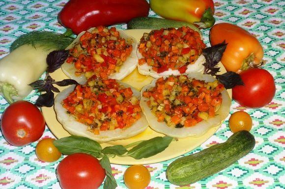 Патиссоны, фаршированные овощами, готовы! Выложить их на блюдо. Подавать со свежими овощами и зеленью. Кстати, такие патиссоны хороши и в холодном виде. Угощайтесь! Приятного аппетита!