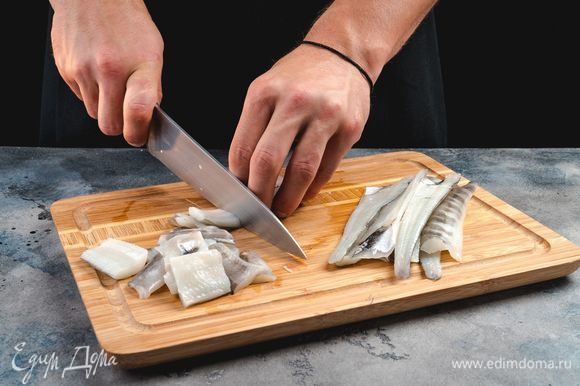 Разделайте тушки, отделите филе и нарежьте рыбу кусочками.