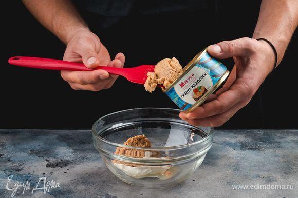 Для мусса соедините паштет из лосося ТМ «Магуро» и творожный сыр. Перемешайте лопаткой до состояния однородной массы.