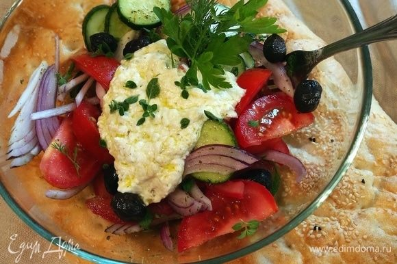 Полить салат йогуртовым соусом и посыпать орегано. Если у вас нет орегано, то подойдет любая другая свежая зелень.