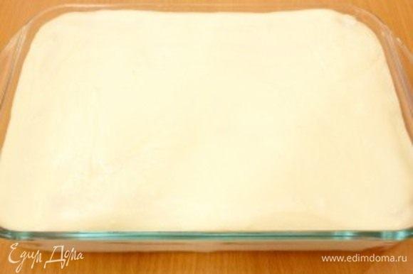 Сверху распределить половину сливок и опять сделать слой печенья.