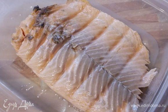 Итак, филе лосося замариновать в соевом соусе и оливковом масле, посолить и поперчить, оставить на 30 минут. Затем запечь в духовке при температуре 150°C в течение 20 минут.
