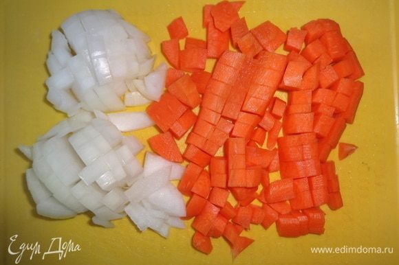 Тем временем почистить лук и морковь. Вымыть, обсушить и нарезать небольшими кубиками.