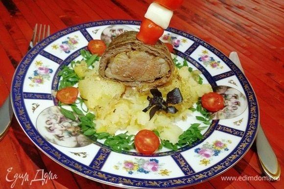 На картофель кладем кусочек вырезки. Я украсила кусочек шпажкой с помидором черри и сыром.