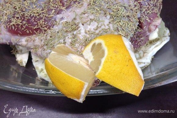 Обильно посыпали розмарином и выдавили по всей поверхности ножки сок с половинки лимона.