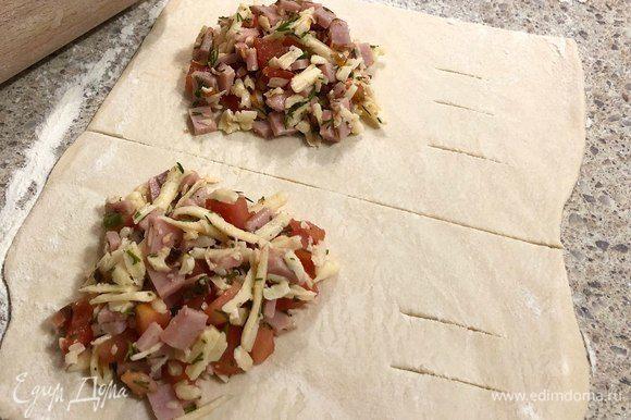 Тесто раскатать, нарезать на прямоугольники. Сделать начинку: мелко нарезать мясо, натереть сыр, нарезать помидор, укроп и выдавить чеснок, перемешать.