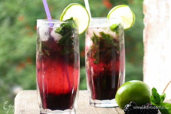 Кладем в стакан по 1–2 ягодки ежевики, дольку лайма. Приятного!