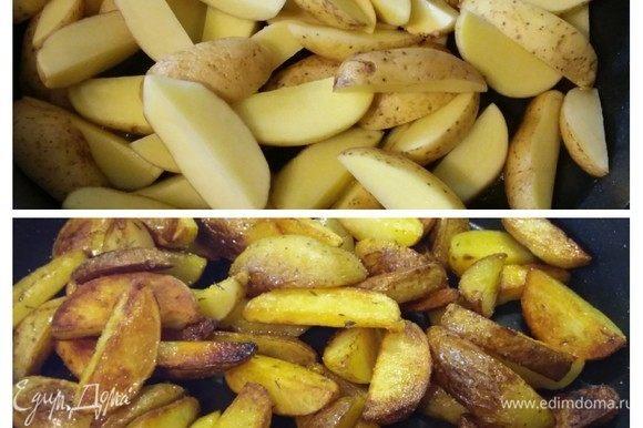 В этой же сковороде обжарить картошку до готовности, посолить и поперчить по вкусу. Во время обжарки посыпать листиками тимьяна.