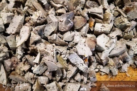 Остывшую куриную печень нарезаем кубиком. В таком виде она создаст нужную текстуру.