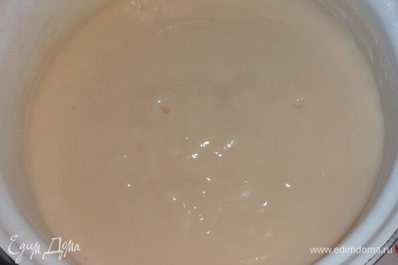 Поставить кастрюлю с молочной смесью на медленный огонь и варить, помешивая, до загустения. Готовый крем остудить до комнатной температуры.
