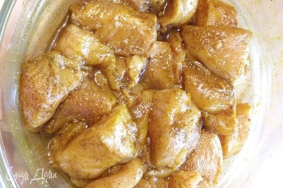 В миске соединить специи с подсолнечным маслом и замариновать куриное филе, нарезанное на порционные кусочки. Отставить в сторону на 30 минут.