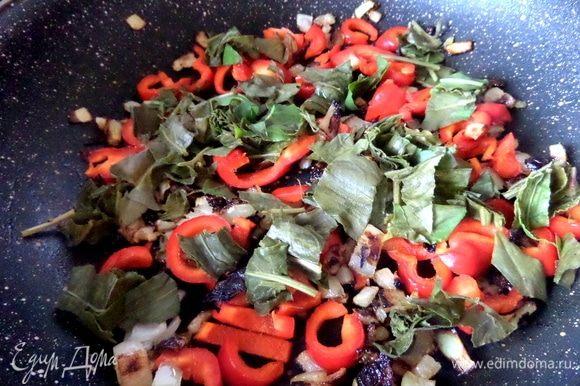 Насыпать горсть щавеля на овощи перед самой заливкой.