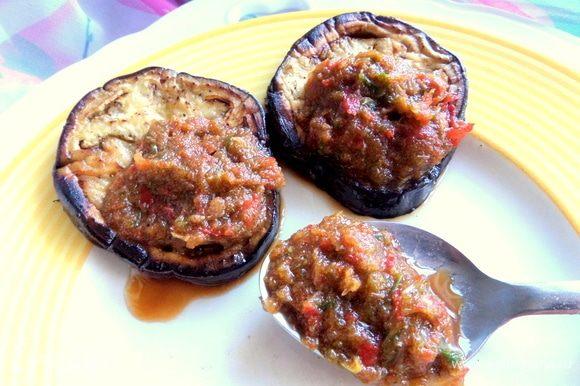 Берем парочку баклажановых кружочков и наносим по ложке соуса. В оригинале овощи держать 15 минут в соусе и потом выкладывать на блюдо.