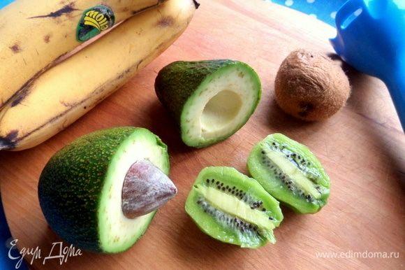 Подготовить фрукты. Киви — 2 маленьких или 1 крупный.