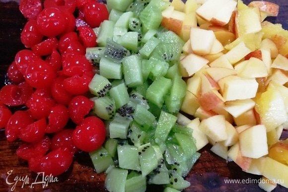 Фрукты и ягоды нарезаем.