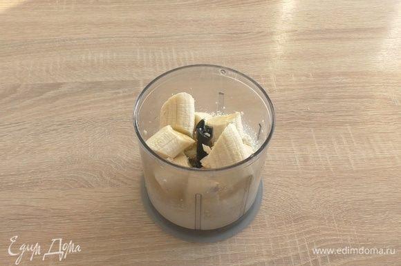 Затем добавляем банан, ванильный сахар, йогурт, кокосовую стружку. Взбиваем еще несколько минут.